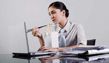 Thói quen ăn uống sai lầm của người làm việc văn phòng